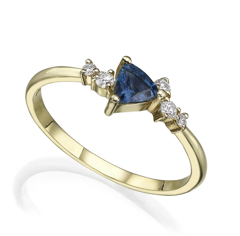 טבעת אירוסין משובצת ספיר בחיתוך טריליון ויהלומים מסביב