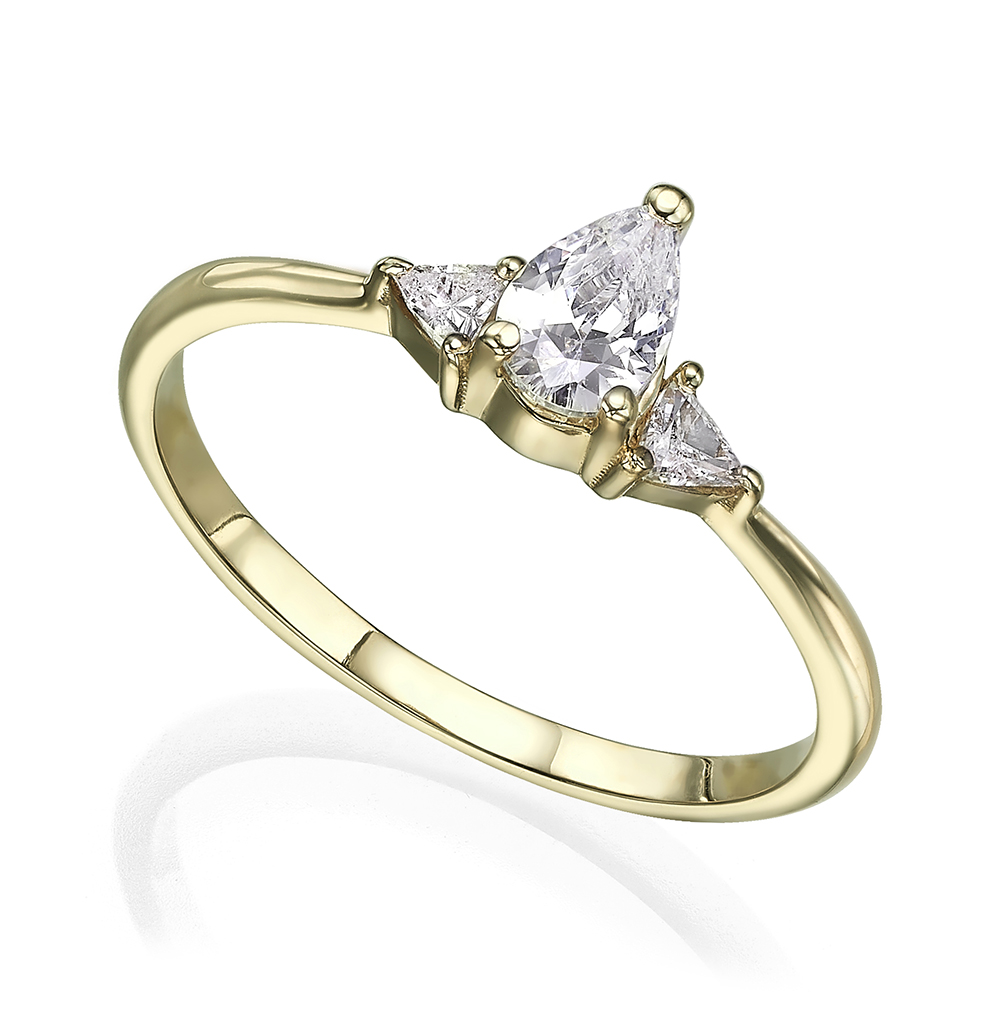 טבעת אירוסין משובצת יהלום בחיתוך טיפה מרכזי ויהלומים בחיתוך משולשים בצדדים