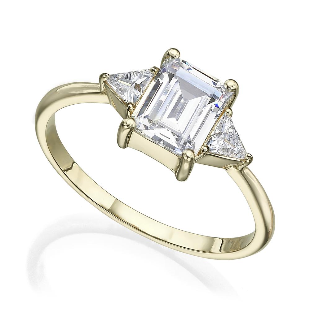 טבעת זהב משובצת יהלום בחיתוך אמרלד קאט ויהלומים בחיתוך טריליון בצדדים