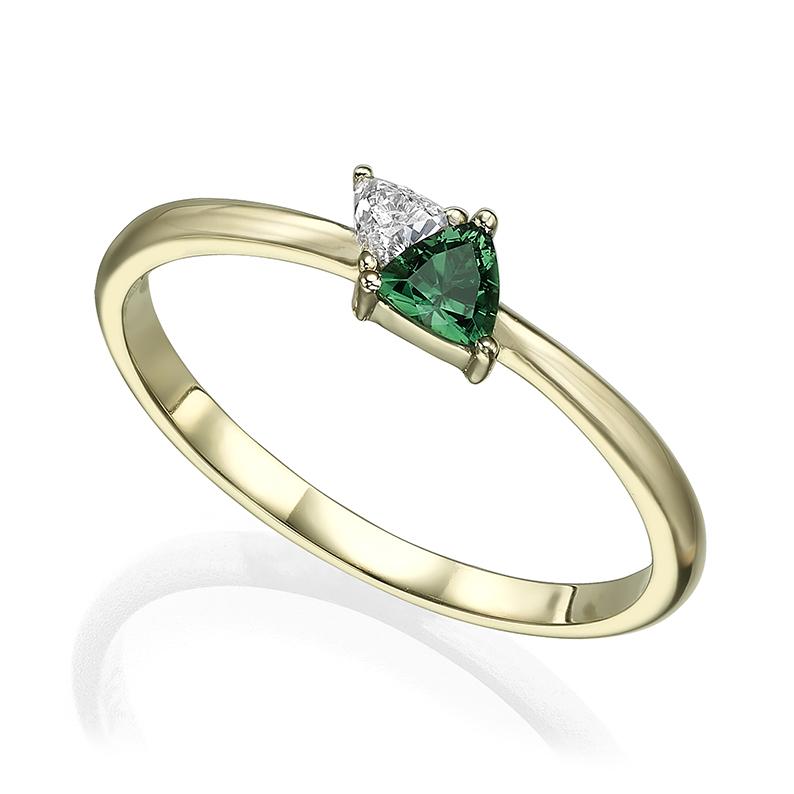טבעת זהב משובצת יהלום וטורמלין ירוק בחיתוך טריליון